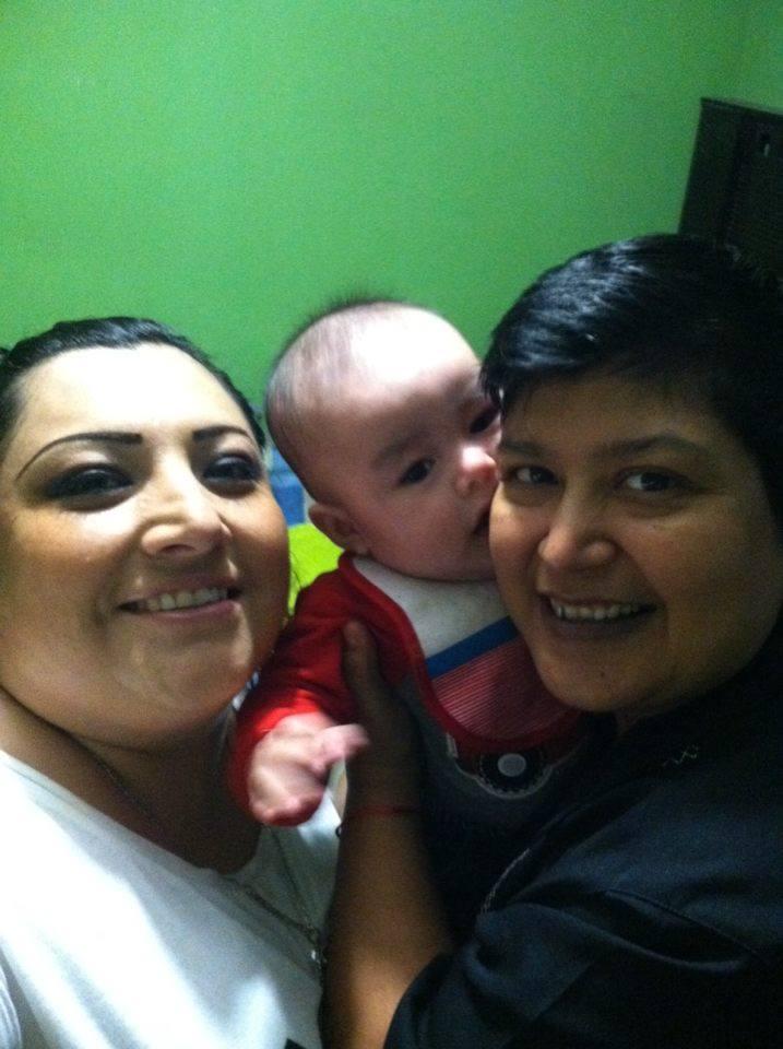 Angélica Segura y su nieto.